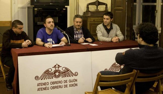 Por la izquierda, Fernando de la Fuente, Damián Barreiro, Humberto Gonzali y Naciu Varillas, ayer, en el Ateneo Obrero. Marcos León