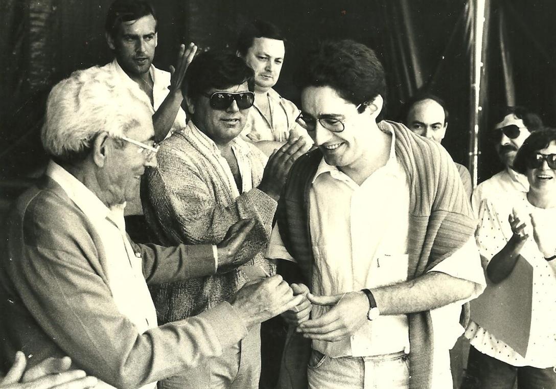 Recibiendo'l II Premiu de Poesía n'Asturianu 1987 de CCOO